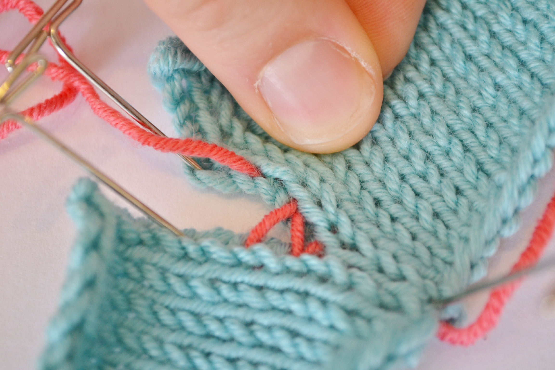 How to Sew Invisible Vertical Seams in Knitting with Mattress Stitch - aknitica